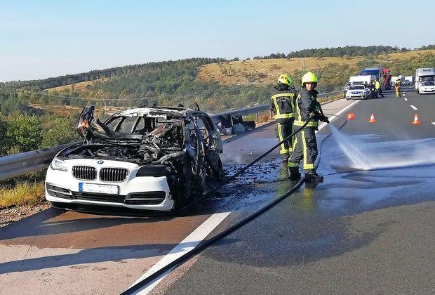 Avto požrli plameni