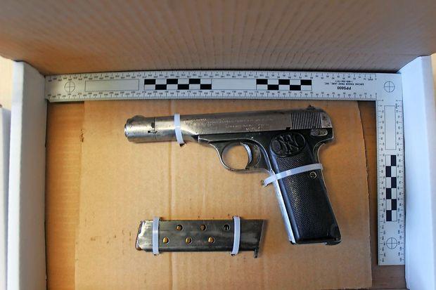 Nasilni Italijan imel kar dve pištoli