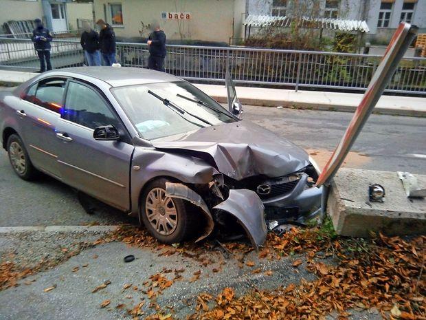 Pijan najstnik z avtom v zid
