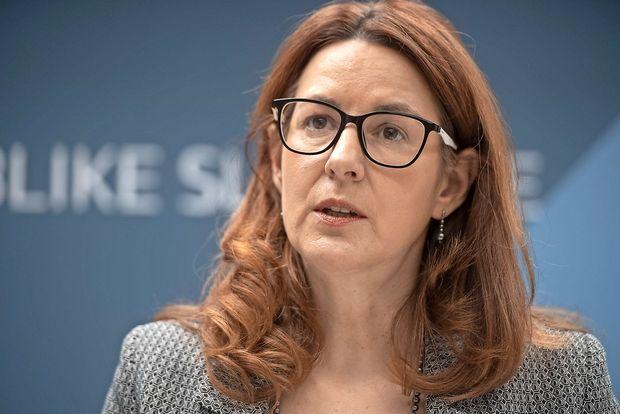 Ministrica: težave bi veljalo reševati za mizo