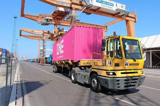 Trst s kontejnerji hitro lovi Koper