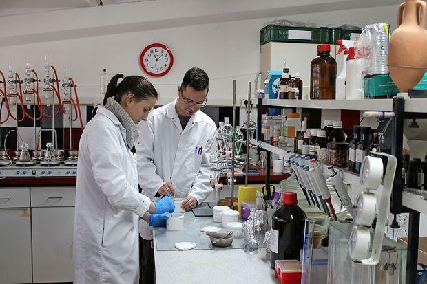 Denar obljubljen, laboratorij ogrožen