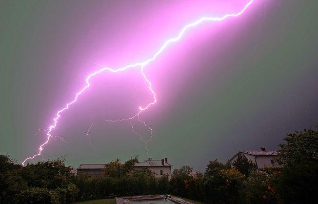 Po Sloveniji več neviht, možna je tudi toča
