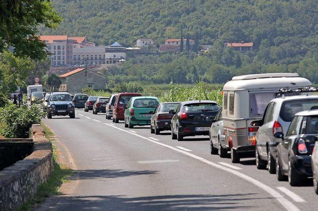 Zgoščen promet, zastoji na mejnih prehodih