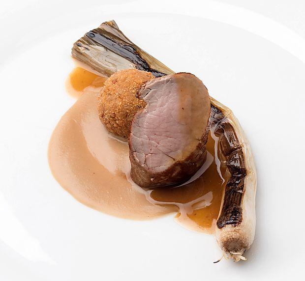 Recept: Svinjska ribica, krema belega fižola, mlada čebula in ješprenčkov ocvrtek
