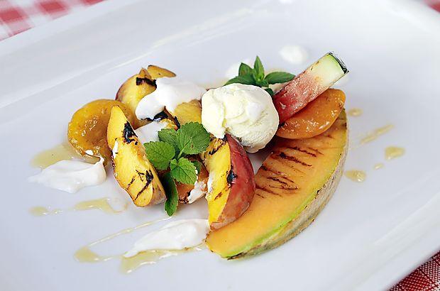 Poletno sadje na žaru z medom, jogurtom in sladoledom