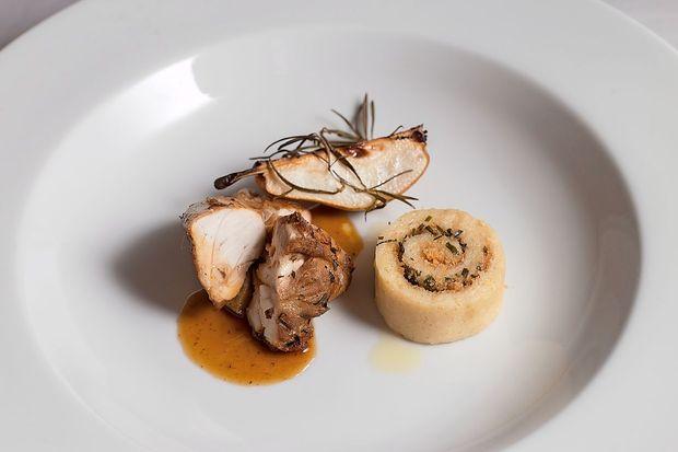 Recept: pečen zajec z drobnjakovimi štruklji in hruško