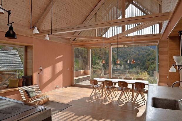 Hiša sredi travnika