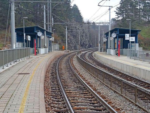 Vlaki bodo v Košani ustavili, ko bodo dobili posebno stopnico