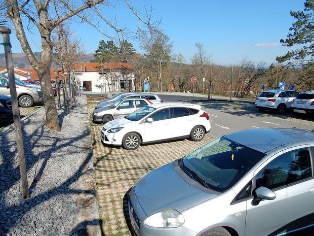 Večje in podtalju prijazno parkirišče