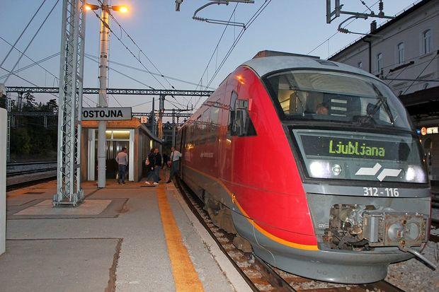 Vlak je peljal kar mimo dijakov na postajah