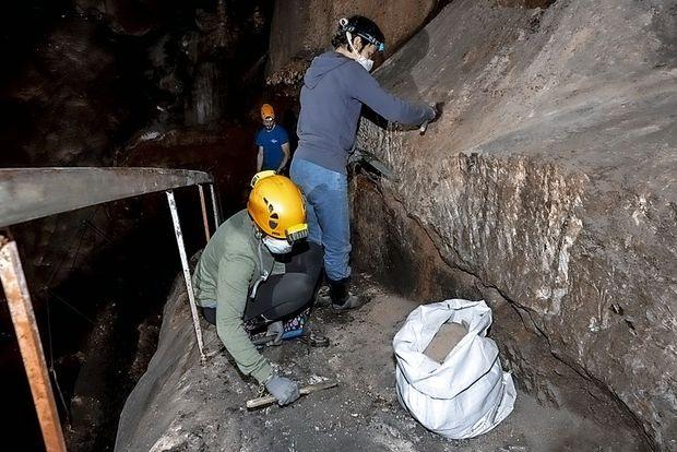 Zaradi slepega hroščka pridno čistijo Divaško jamo