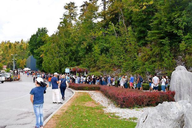 Turiste na Kras vabijo jame, jezera, mir in tudi oprezanje za medvedi