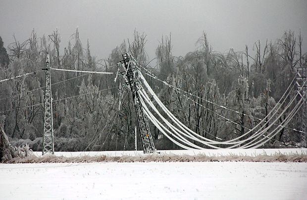 Ledeni objemi so lomili drevesa in rušili daljnovode