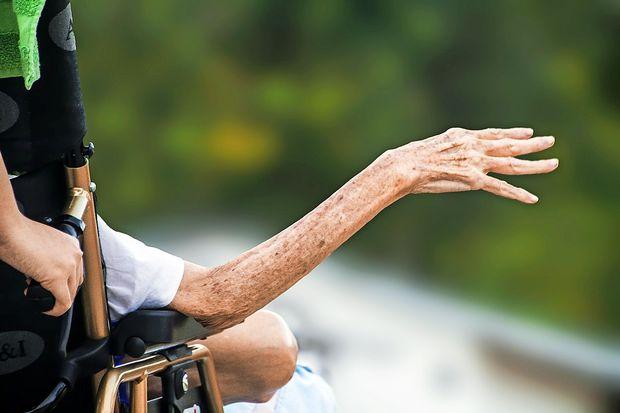 Oskrba in pomoč ostarelim sta mnogo več kot zdravljenje