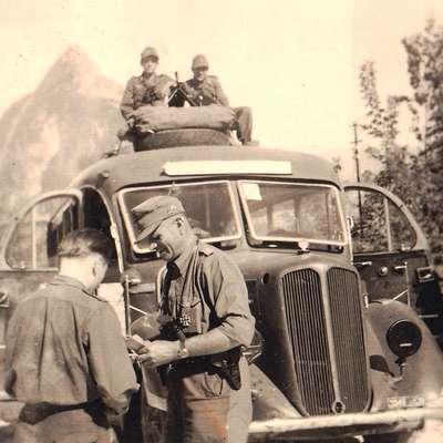 Max Vogrin (desno) pred odhodom iz Bovca, ker so nadrejeni zaznali, da premilo  ukrepa.   Foto: Arhiv Max Vogrin