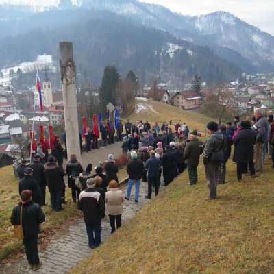 Na čistini, na hribu Brce, so Nemci 27. januarja leta 1944, neovirani  pobili največ - 147 - bežečih partijskih tečajnikov. Foto: Saša Dragoš