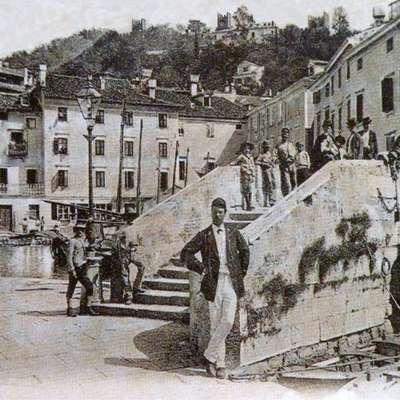 Dvižni most je  do zasutja notranjega mandrača, na čigar mestu je danes Tartinijev trg, meščanom močno skrajšal pot iz  enega na drugi konec Pirana.