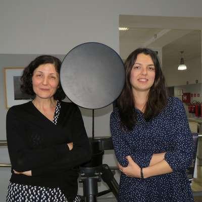 Gabrijela Zaharijaš in Tanja Petrushevska (z leve) živita v Trstu in  se vozita na delo v laboratorije UNG v Ajdovščini.  Foto: Vesna Humar