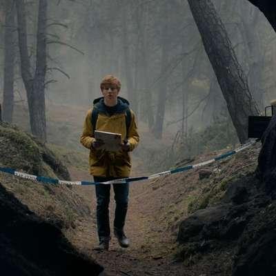 Glavno vlogo v Dark ima Louis Hofmann kot Jonas Kahnwald,  ki se odloči nepojasnjenim zadevam v Windnu priti do dna.