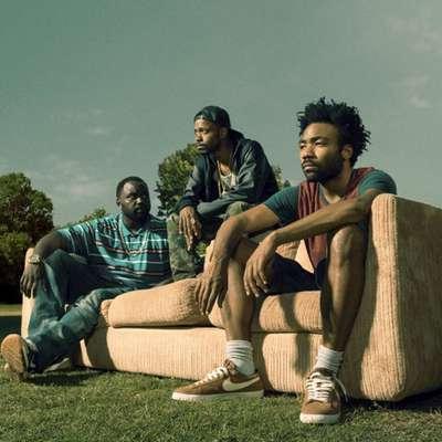 Donald Glover (prvi  desno) je eden najbolj kritičnih glasnikov ameriške temnopolte realnosti.