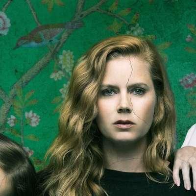 """Amy Adams (v sredini) skorajda ne pozna spodrsljajev. To je ponovno dokazala  tudi v Ostrini, njenem """"prvem izletu"""" v svet televizijskih serij."""