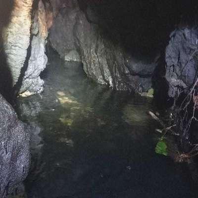 Rov s tekočo vodo pod Komarji.   Foto: Bonaventura/Primorski dnevnik