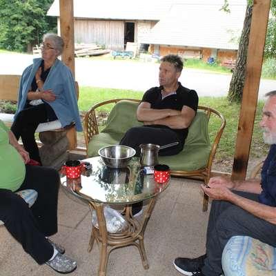 Člani gospodinjske skupnosti na vsakodnevni popoldanski kavi in  klepetu. Foto: Saša Dragoš