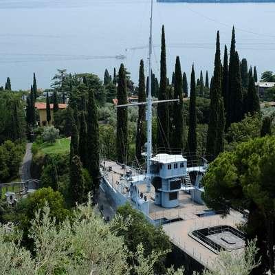 Vojaška ladja Puglia je bila v letih 1918-1920 vpletena v spopade v  Splitu in so jo nato prepeljali v Vittoriale ter vkopali v hrib. Njen  premec gleda v smer Dalmacije. Foto: Biljana Pavlović