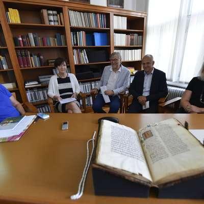 Dan, ko je Narodna in univerzitetna knjižnica dolgo časa izgubljeni  Slavinski misal postavila na ogled javnosti, je bil za vse vpletene v  zgodbo o njegovi vrnitvi v Slovenijo poln čustev.   Foto: Ziga Zivulovic jr.