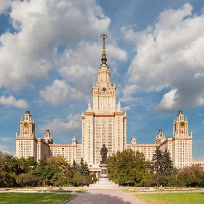Sedež moskovske državne univerze v eni od tako imenovanih  stalink  je v ruski prestolnici težko spregledati.   Foto: Dmitry A. Mottl