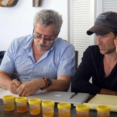 Grigorij Rodčenkov (levo) in Bryan Fogel med izvajanjem doping  protokola.