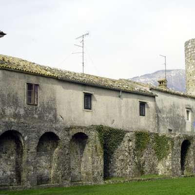 Antično mesto Castra (Ajdovščina) je bilo v drugi polovici  3.  stoletja obdano z močnim obzidjem s 14 stolpi.  Foto: Leo Caharija