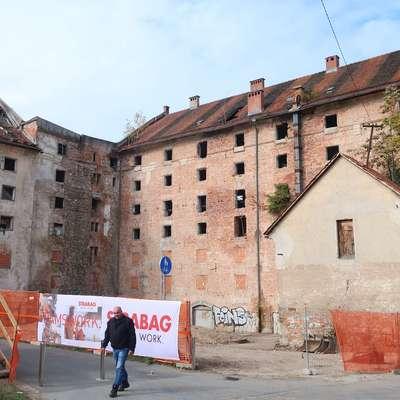 Cukrarna    z južne strani - Dragotin Kette in Josip Murn sta umrla v drugem nadstropju skrajno desno, v sosednjih sobah, prvi leta 1899, drugi dve leti zatem.     Foto: Andraž Gombač