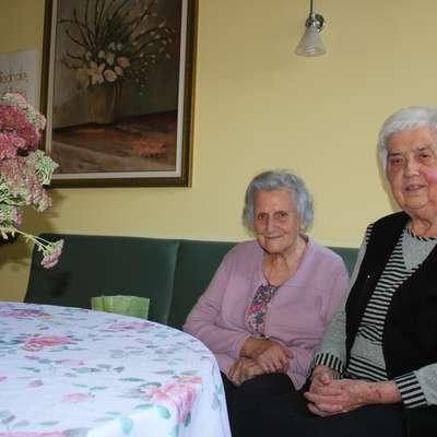 Stanovalki postojnskega doma upokojencev Anica Vatovec (levo)  in Martina Koman pravita, da v domu radi pomagata po svojih   močeh.  Foto: Veronika Rupnik Ženko