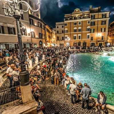 Fontana di Trevi v Rimu, pred katero se vsak dan drenjajo  tisoči  turistov.