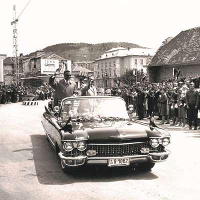 Egiptovskega predsednika Gamala Abdela Naserja, ki je leta 1956  Postojnsko jamo obiskal v družbi Josipa Broza Tita, je na poti skozi  mesto pozdravila množica ljudi. Foto: arhiv Notranjskega muzeja Postoj