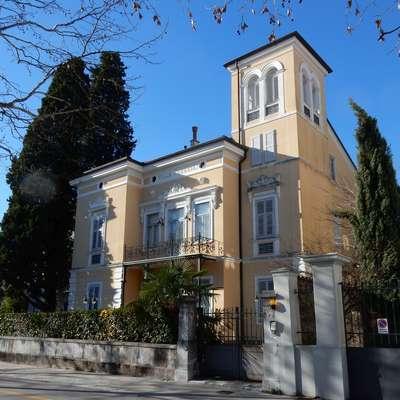 Vilo Polli, ki se danes imenuje Villa Venezia,  si je leta 1898 dal postaviti livar Arturo Polli. To je zadnja vila, ki je  nastala v Gorici ob koncu 19. stoletja. Čeprav  vsebuje veliko ornamentike, ki nakazuje pohod libertyja na  območju današnje Italije, se s svojo razgibanostjo še vedno navezuje na vile, ki so nastajale v zadnji četrtini 19.  stoletja.