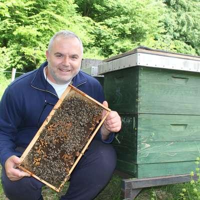 Vladimir Fajdiga je eden redkih čebelarjev pri nas  z nakladnimi panji.
