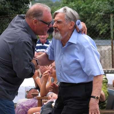 Boris Kobal in Ciril Zlobec sta se pred tremi leti razveselila srečanja na praznovanju pesnikove 90-letnice  v  Ponikvah. Foto: Bogdan Macarol