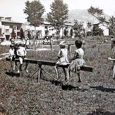 Ne tem mestu je nastalo igrišče  centralnega vrtca, kjer je bilo eno od igral kar - letalo.