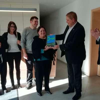 Župan Mauricij Humar, Boris Šušmak in družina Kogoj:  Andrejka,  Tomaž,  Bojana in Karla (z desne) ob podelitvi znaka. Foto: Vesna Humar