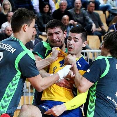 Koprski ostrostrelec Adam Bratkovič je na tekmah vse pogosteje v  čvrstem primežu nasprotnikovih obramb. Foto: Zdravko Primožič/FPA