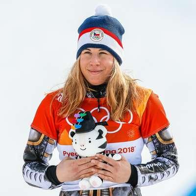 Čehinja Ester Ledecka se je v zgodovino olimpijskih iger zapisala  kot edina ženska, ki si je na istih olimpijskih igrah v dveh različnih  športnih priborila zlato olimpijsko medaljo. Foto: STA