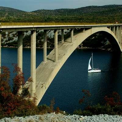 Šibeniški most je znan kot prvi most na Hrvaškem, s katerega so  izvajali  bungee jumping. Foto: wikipedia