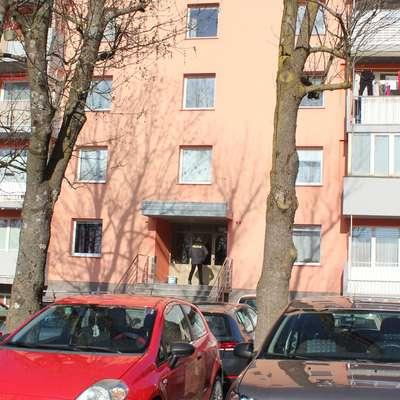 V kletnem stanovanju bloka v Ulici prekomorskih brigad v Postojni  se je v noči na 8. februar zgodila tragedija. Foto: Veronika Rupnik Ženko