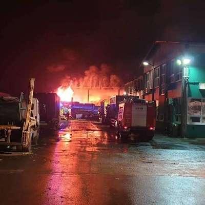 Policija ogleda kraja požara še ni začela, saj na požarišču  intervencijo še vedno opravljajo gasilci, so še navedli. Foto: PGD Benedikt