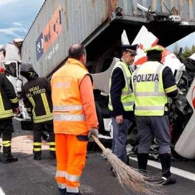 V nesreči, ki se je včeraj okrog 16.30 zgodila na avtocesti A4 med  Vilešem in Palmanovo v smeri proti Benetkam, je ena oseba  izgubila življenje, ena pa je bila hudo poškodovana. Foto: Vir: Autovie Venete