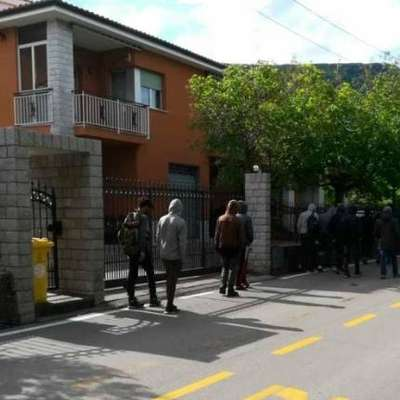 Italijanska policija je davi v Dolini blizu Trsta prestregla približno  60 migrantov. Foto: Vir: Primorski dnevnik