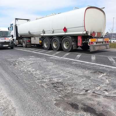 Zaradi prepovedi, ki jo od danes uvaja koprska občina, se  tovornjaki spet selijo na mestne prometnice. Gnečo in zastoje je  pričakovati predvsem na območju krožišča s fontano ob Planetu  Koper.  Foto: Tomaž Primožič/FPA